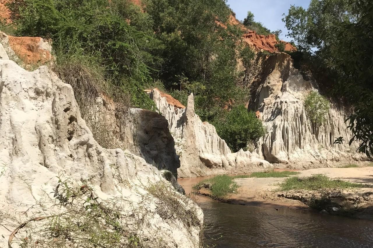 叢林與岩石景緻被一水二分,是仙女溪的特色。 記者黃日暉/攝影