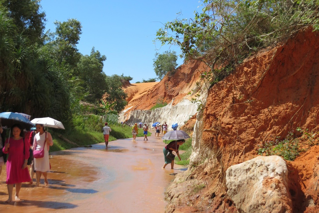 遊客打赤膊漫步在涼爽的徐徐溪水間。 記者黃日暉/攝影