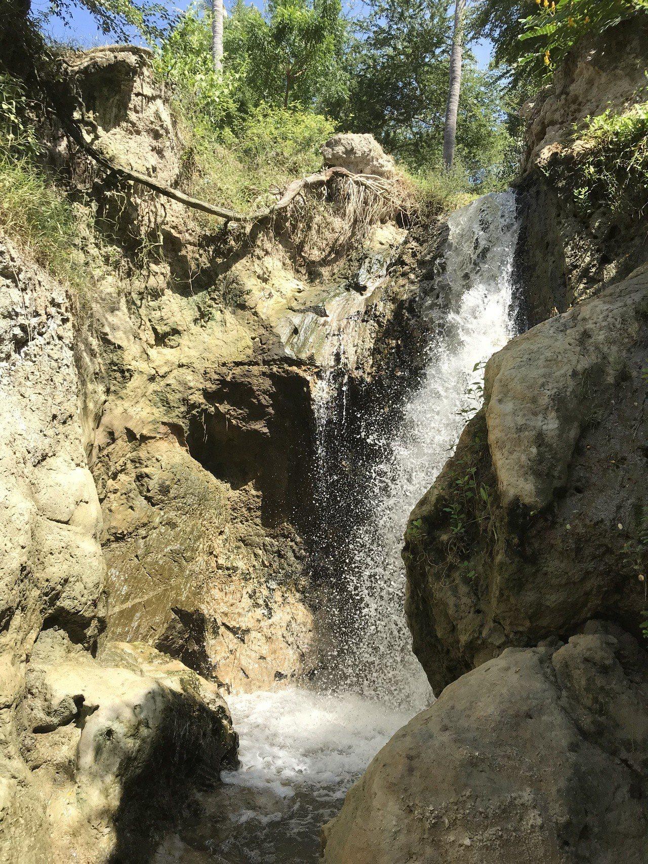 涉水到溪流終點,就可找到姿態窈窕的仙女瀑布。 記者黃日暉/攝影