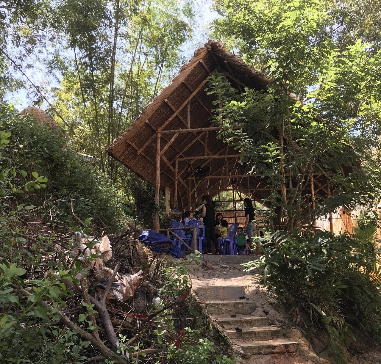 涉水涉累了,仙女溪旁有小吃店可以供遊客駐足休息。 記者黃日暉/攝影