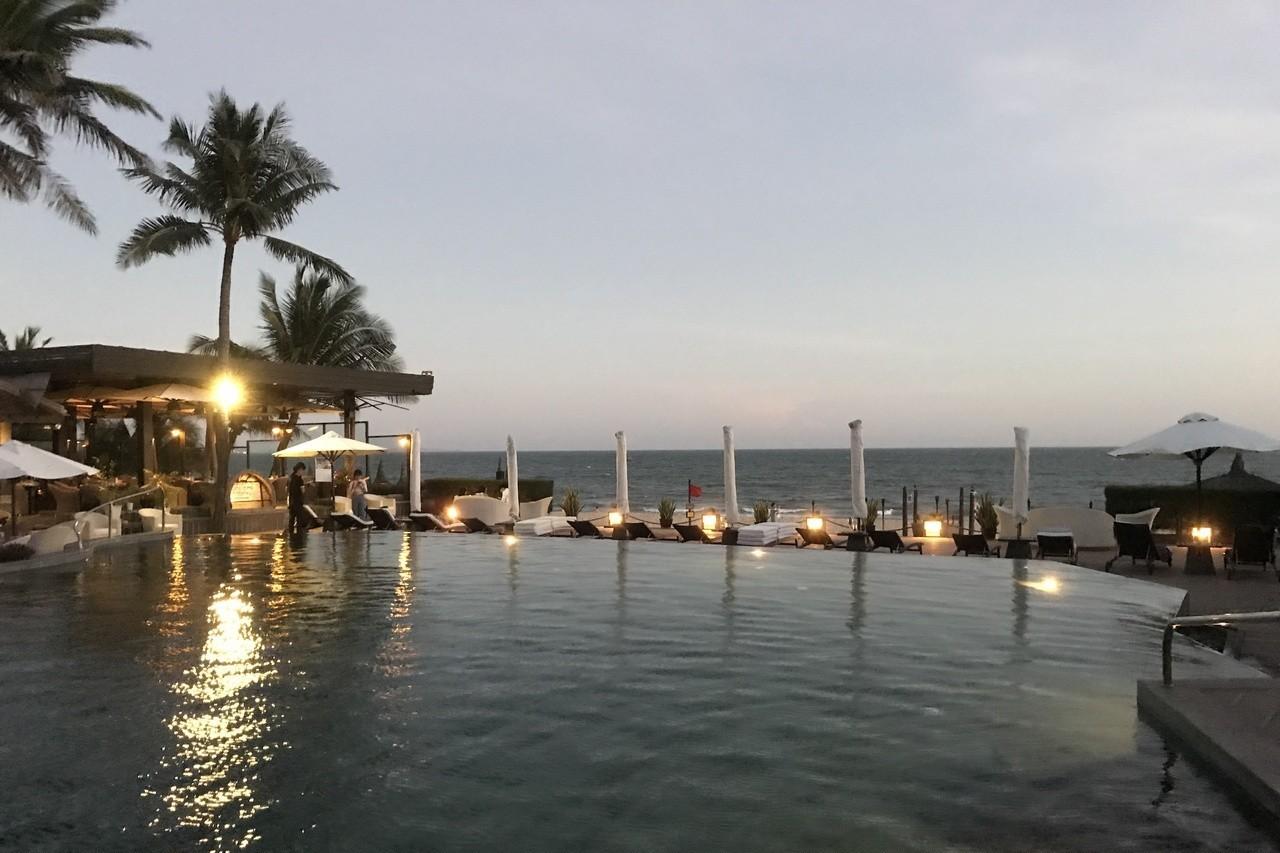 遊客可在度假酒店裡的泳池畔欣賞海邊的夜景。 記者黃日暉/攝影