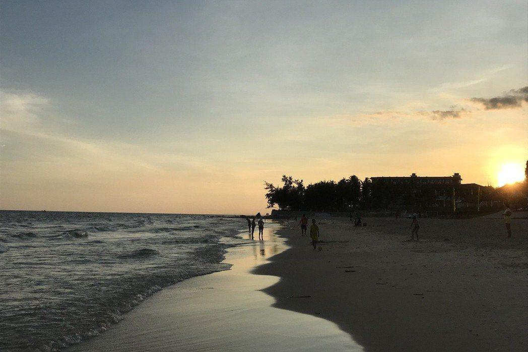 遊客可在度假酒店後方的海灘,欣賞落日餘暉。 記者黃日暉/攝影
