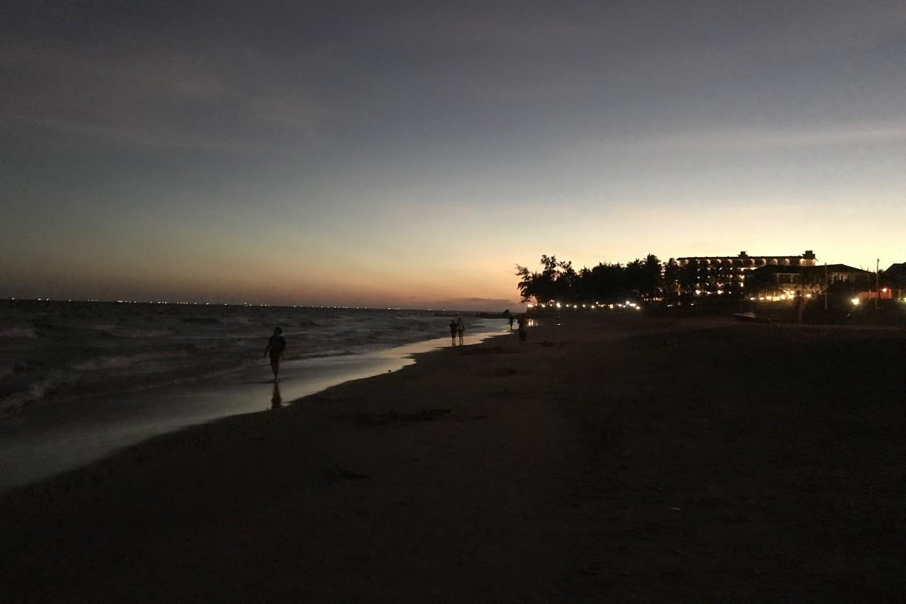 傍晚南洋海邊的晚霞,漸漸隨著海灘徐徐的海浪聲,沉入夜空中。 記者黃日暉/攝影