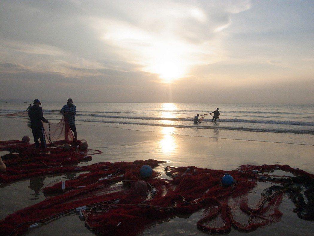 想看日出的遊客,早上5點可到度假酒店後方的海灘,觀賞壯闊的日出場景。 記者黃日暉...