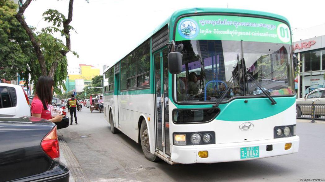 直至2014 年,金邊才設立柬埔寨首個公共交通網金邊市區巴士,開始試圖改善城市交...