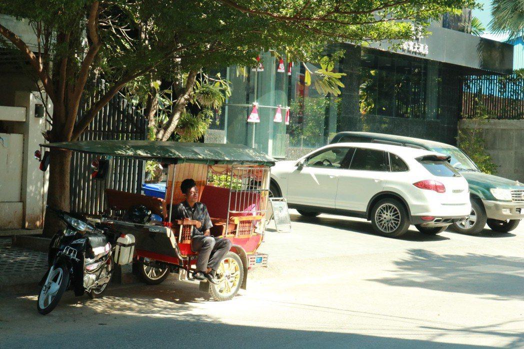 嘟嘟車就落在城市的每個街口,像帶殼蝸牛一樣,可以說是他們的「第二個家」。 圖/作...