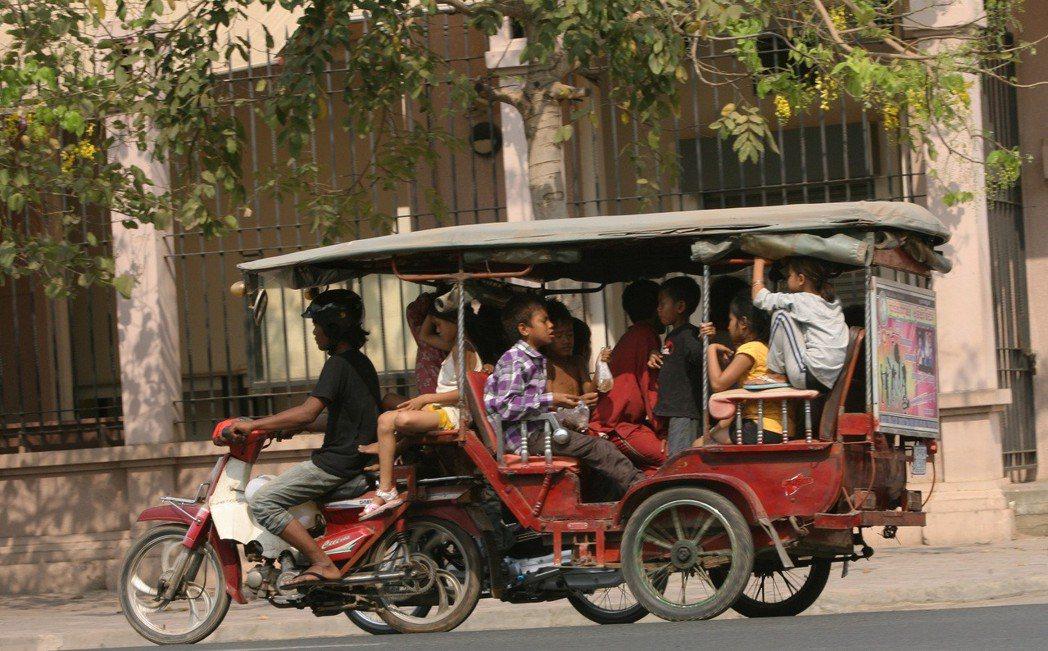 在市場劇烈的變動下,公眾交通網、規模化的新型叫車服務,都一步步侵蝕著傳統嘟嘟車事...
