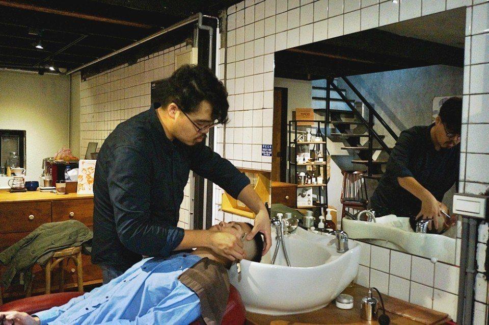 智凱是理髮師第三代。(攝影/林郁姍)