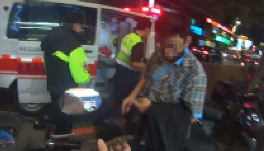 自摔拇指擦傷叫救護車 網批:永和僅4台救護車耶