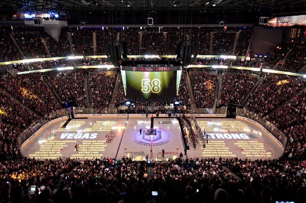 圖為10月10日當晚開場前,球場螢幕打上58名槍擊事件死亡人數。 圖/路透社