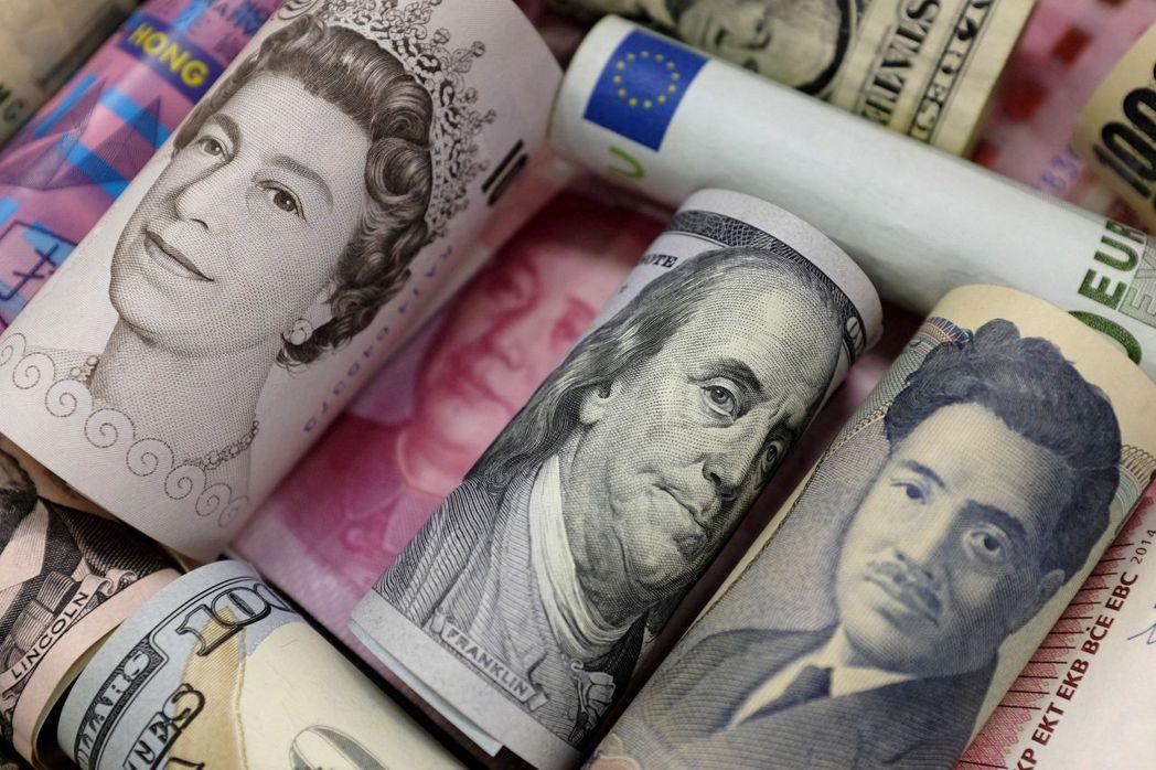 2017年有許多國家相繼推出稅改措施,圖為多國紙鈔。圖/路透