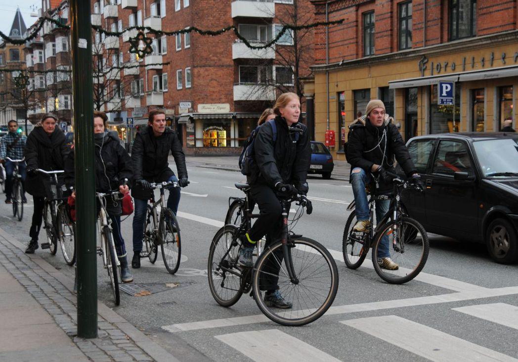 丹麥擁車成本高,民眾多以單車代步。圖/取自新華社