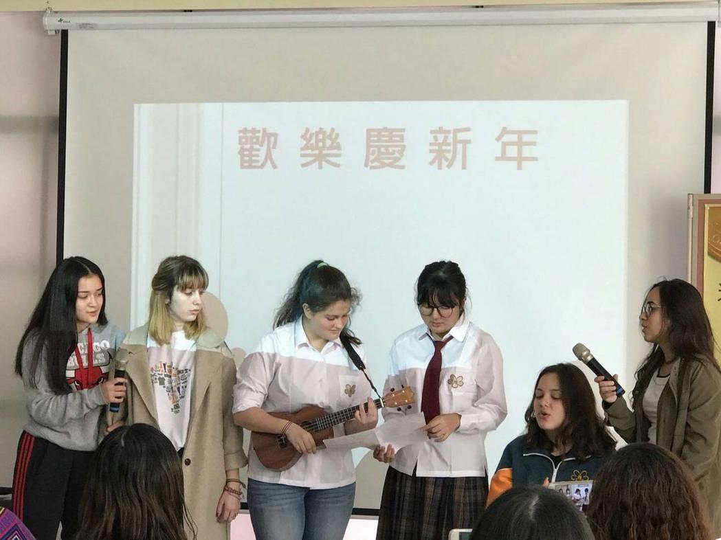 光華高中師生舉辦「歡樂慶新年」活動,讓遠國際學生也能歡欣迎新年。 光華高...
