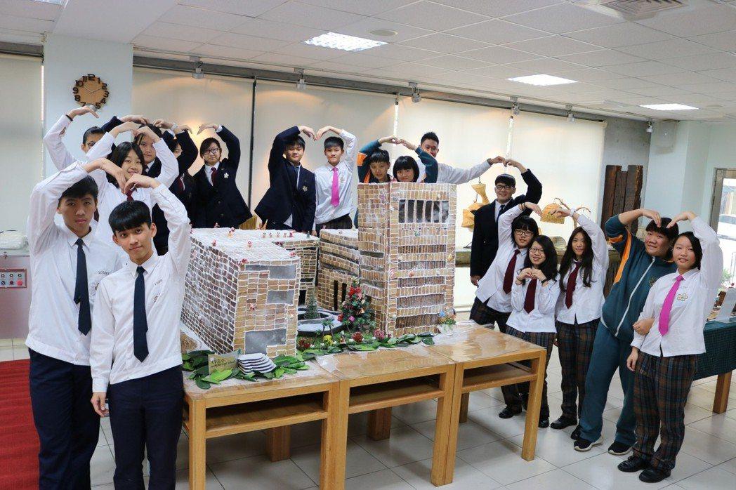 今年最大型的薑餅建築,共用了3059片薑餅,打造「光華校園建築」,整體呈現光華校...
