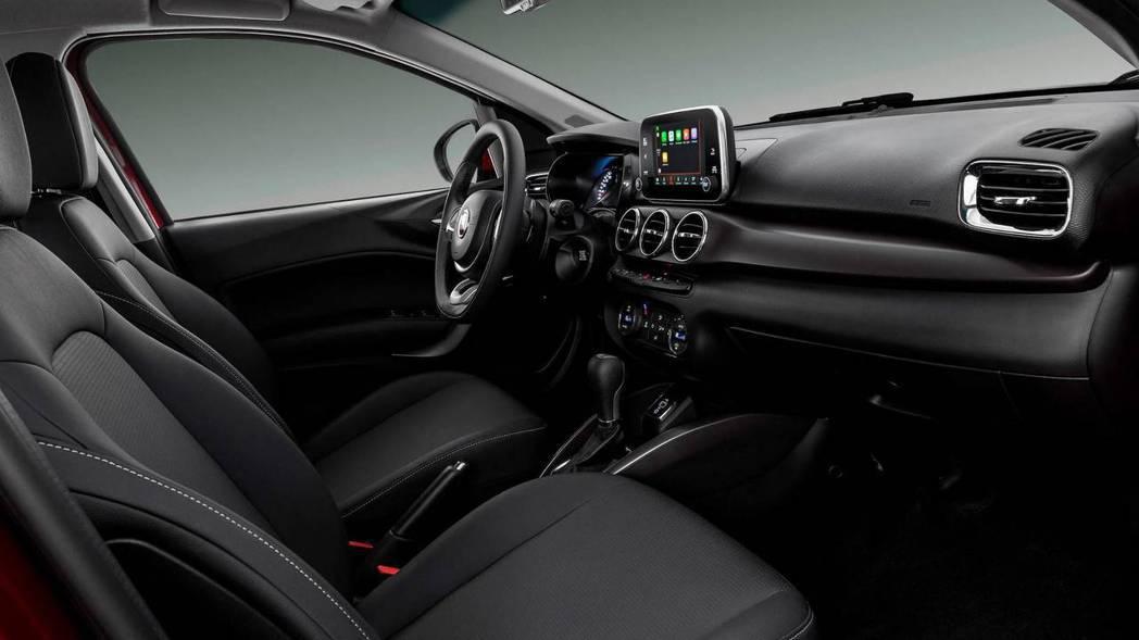 針對FIAT Cronos座艙格局,原廠加入不同飾板與材質增添新意。 圖片來源:FIAT