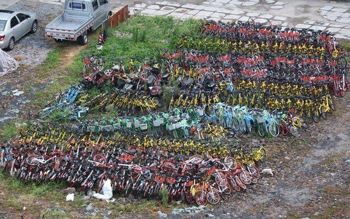 共享單車在中國大陸一線城市「野蠻生長」,投放量過猛,在不少社區空地都可見到「單車...