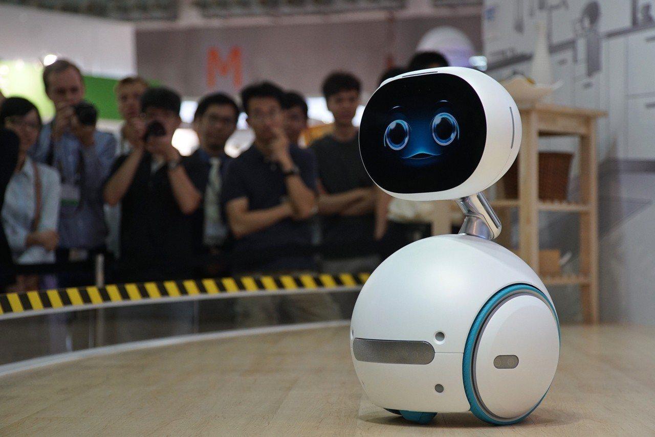研調機構紛紛看好AI將是驅動科技業成長的新動力。圖為華碩生產的服務型機器人ZEN...