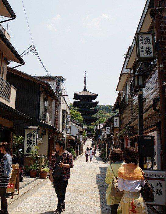 由於京都市府制訂嚴格法規限制廣告招牌,讓這個古都不會出現太過突兀的招牌煞風景。