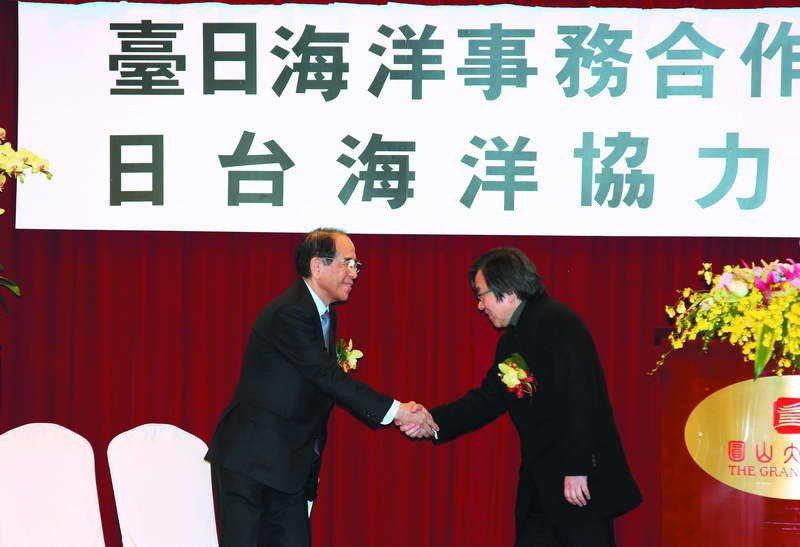 邱義仁(右)與大橋光夫(左)在台日海洋事務合作對話會議握手致意。 攝影/郭晉瑋