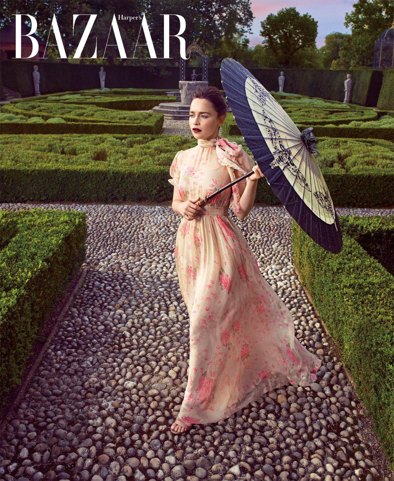 長禮服,Valentino;鞋,Gianvito Rossi;雨傘,Gucci