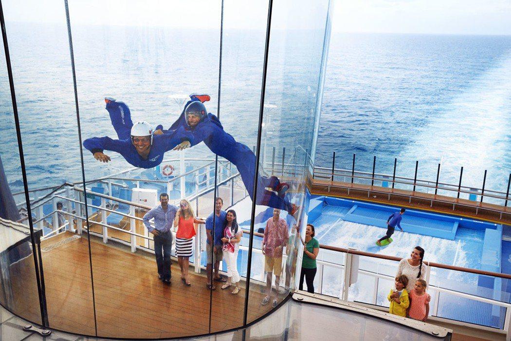 熱愛刺激的旅客,可以到船尾甲板上的模擬跳傘機,通過7公尺高的垂直風洞產生的氣流,...
