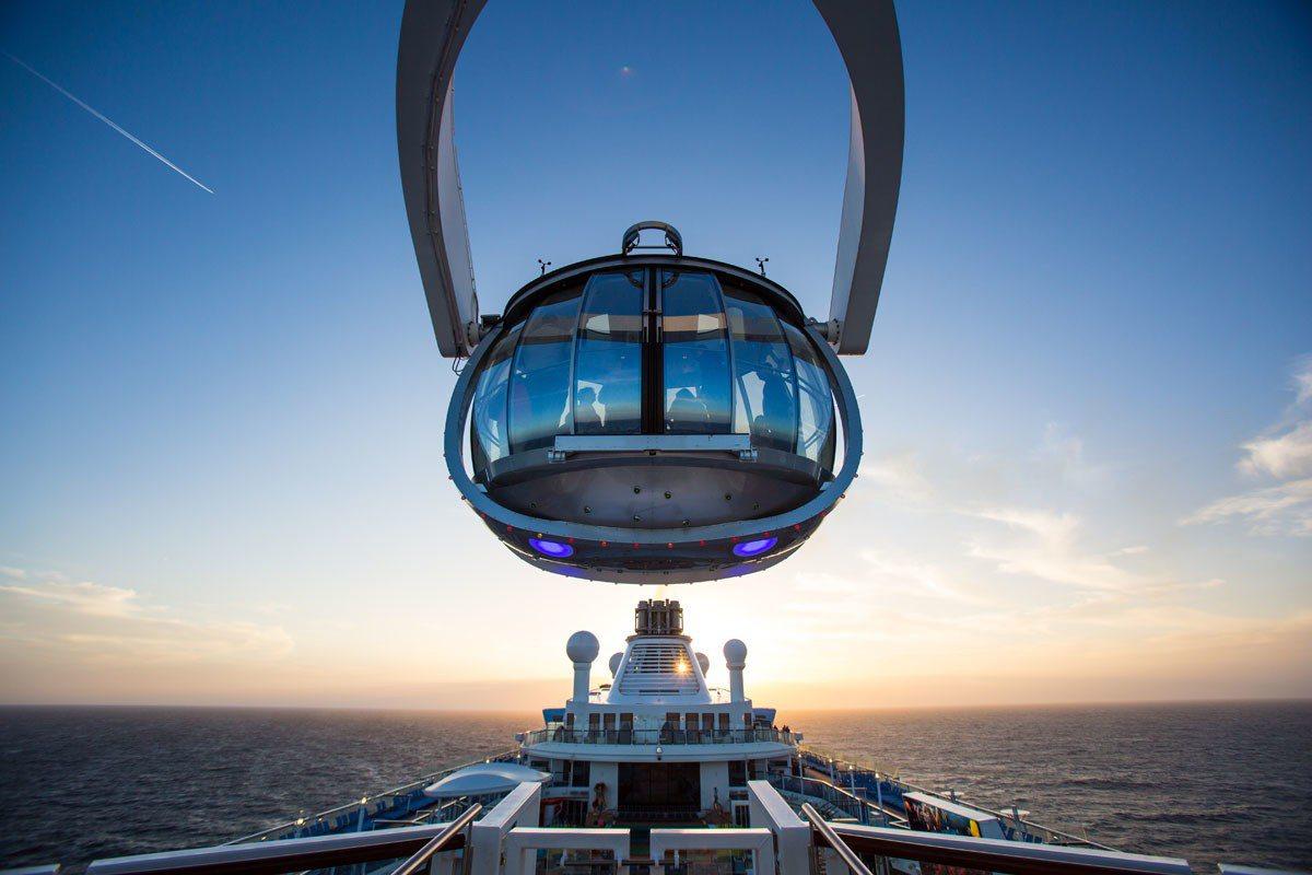 坐上升高至91公尺高的透明觀景器,能俯瞰郵輪靠近港口的景觀,夜幕低垂時,還能被滿...
