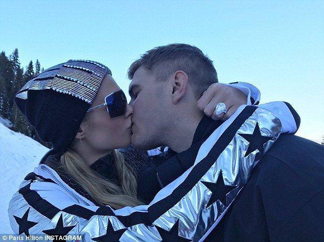 派瑞絲希爾頓與克里斯塞爾卡浪漫接吻。圖/摘自Instagram