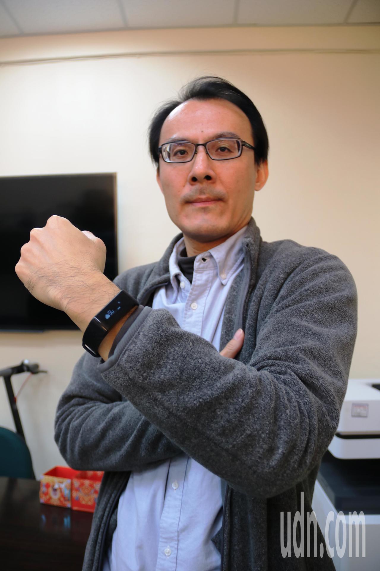 弘光科大老師施啟煌研發新智慧手環,功能在雲端即可檢測出情緒、壓力、疲勞度等。記者...