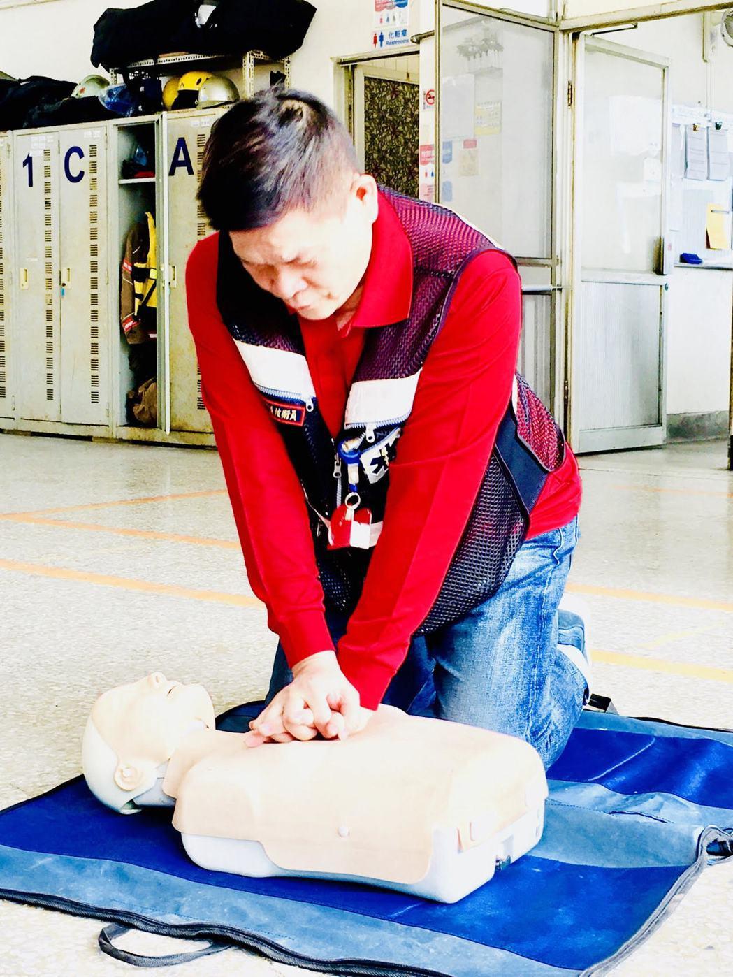 澎恰恰接受CPR的訓練。圖/翰森娛樂