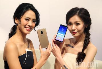 台灣三星今天舉行全新的 Galaxy A8(2018)系列中階機發表記者會,找來新生代暖男劉以豪、元氣女神陳意涵代言。劉以豪及陳意涵在記者會中大玩自拍,並分享平常使用心得。