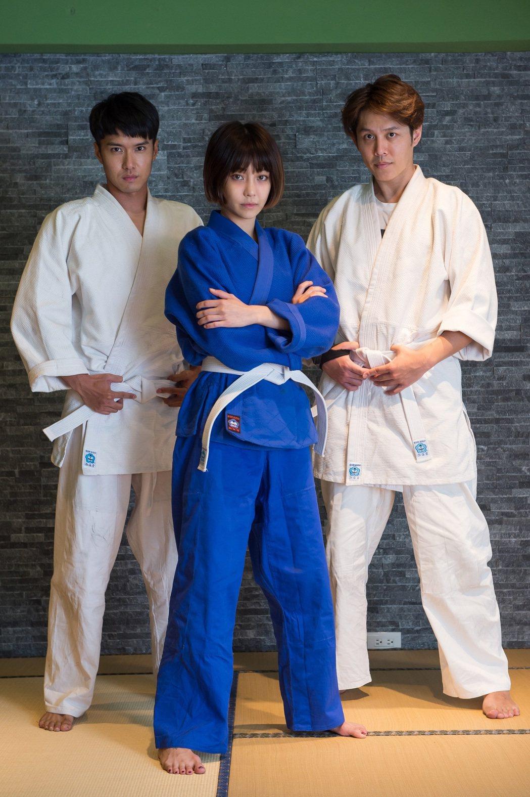 嚴浩(右起)、謝欣穎、洪浩竣為戲練柔道。圖/歐銻銻娛樂提供