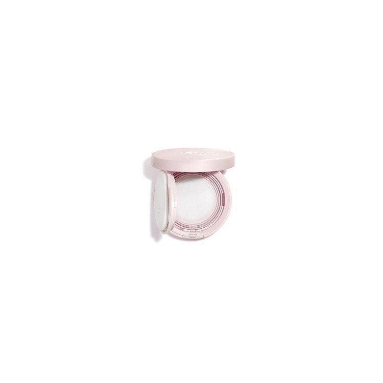 香奈兒CHANCE粉紅甜蜜香凝舒芙蕾是市面上首款氣墊概念的隨身補香。圖/香奈兒提...