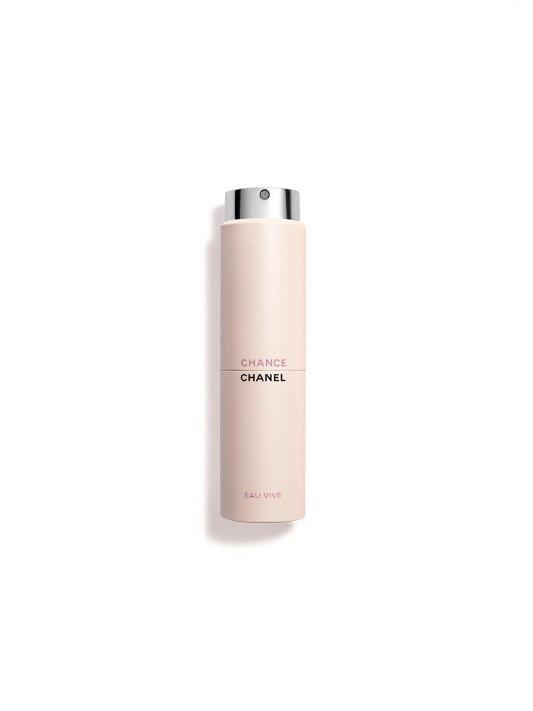 香奈兒CHANCE橙光輕舞隨身淡香水採用輕巧的時尚噴霧瓶設計。圖/香奈兒提供