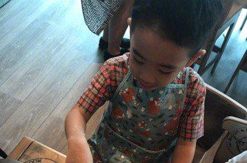 女星應采兒今天在微博曬出兒子Jasper做菜的一系列照片。應采兒得意地說,Jasper今天學會做了一道新菜,「媽咪不需要你會下棋會畫畫會彈琴,但是希望你...會做飯,這靠譜吧?」其實在「爸爸去哪兒5...