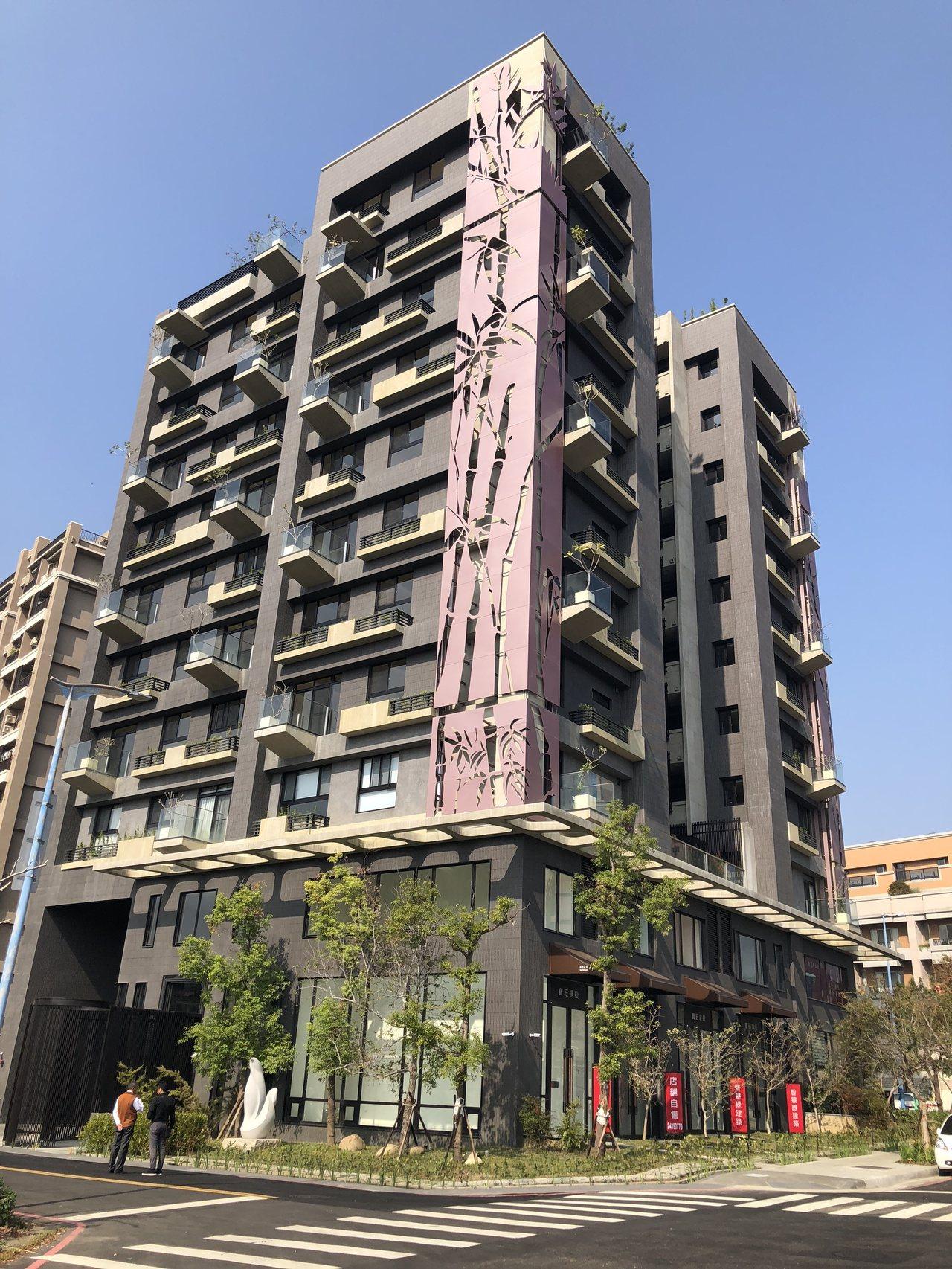 「悅寶旺」建築外觀的大型金屬飾板與直貼二丁掛,將竹子的圖騰清楚烙印在建築立面上,...