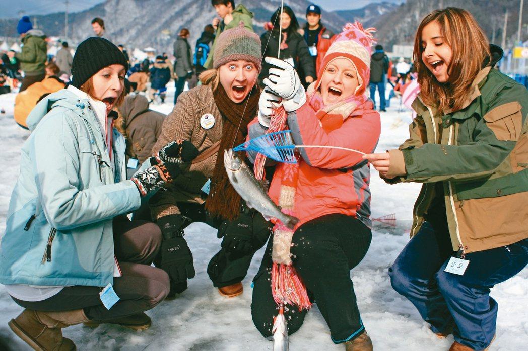 華川山川魚慶典冰釣,深受海外觀光客喜愛。 圖/韓國觀光公社提供