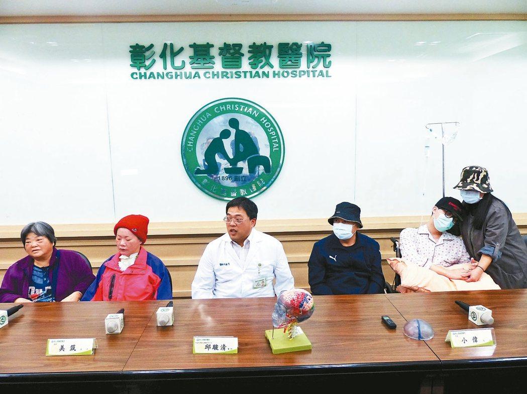 罹患「NMDA受體腦炎」的張姓婦人(左2)、小偉 (右2),由家人、醫師邱駿清陪...