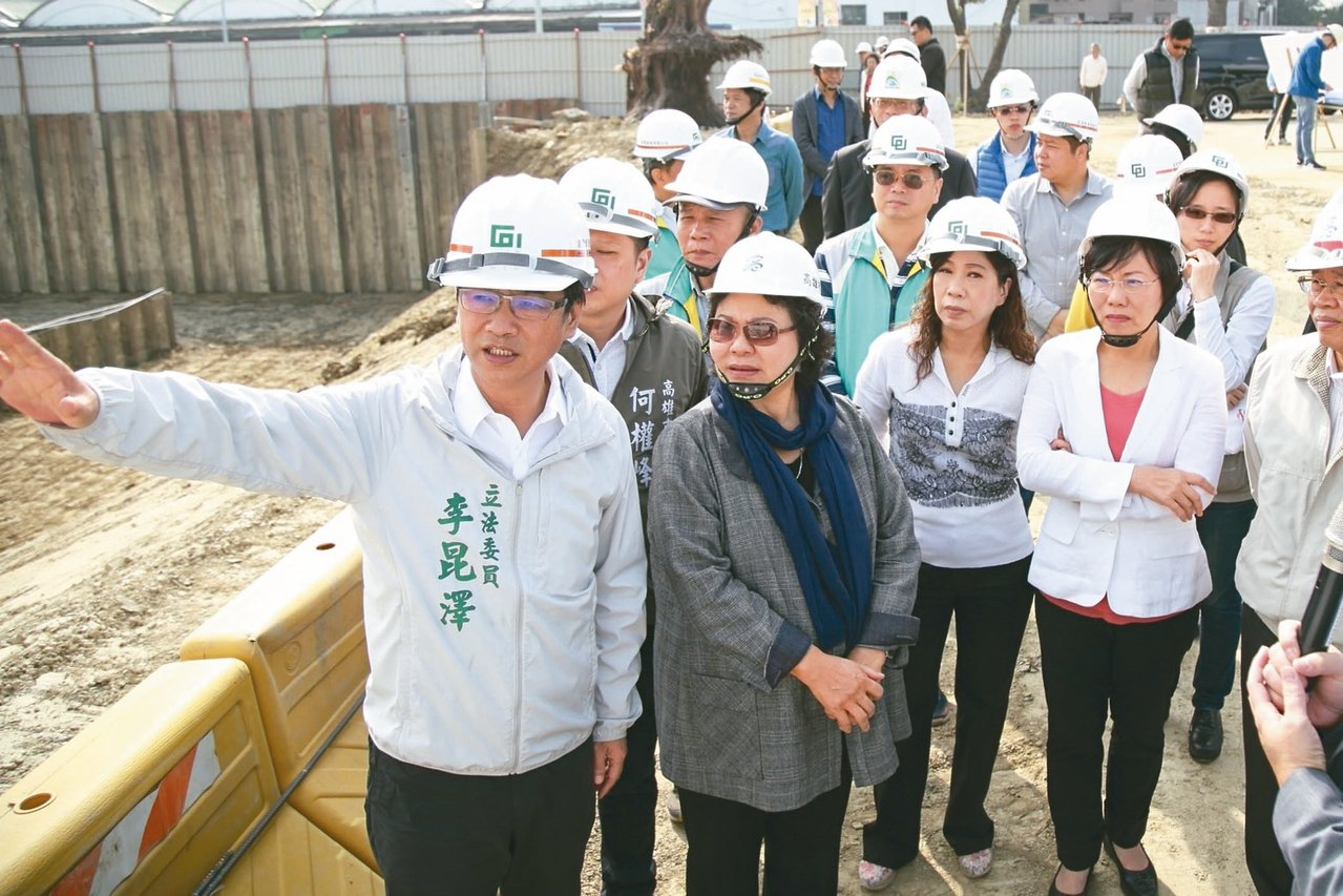 陳菊(前左二)昨偕同立委李昆澤、劉世芳等人,前往視察工程。 圖/高市水利局提供