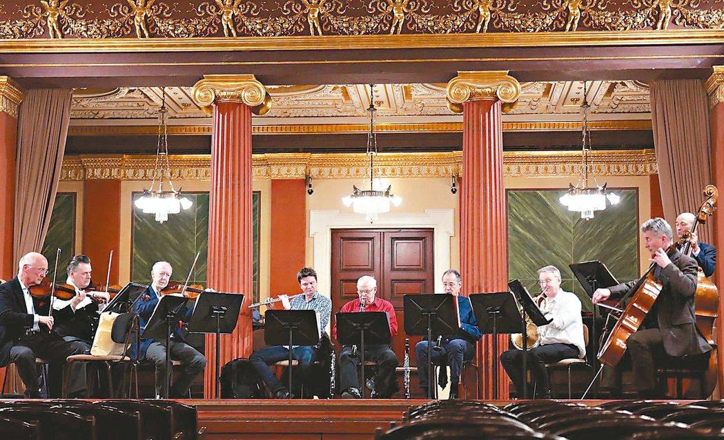 維也納愛樂首席為新年音樂會彩排。 圖/聯合數位文創提供