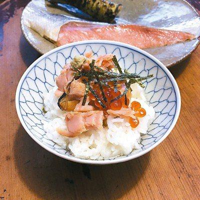 鹹鮭魚做的鮭魚茶泡飯,魚煎好剝在飯上,淋上昆布茶或煎茶、高山茶即可。圖/毛奇