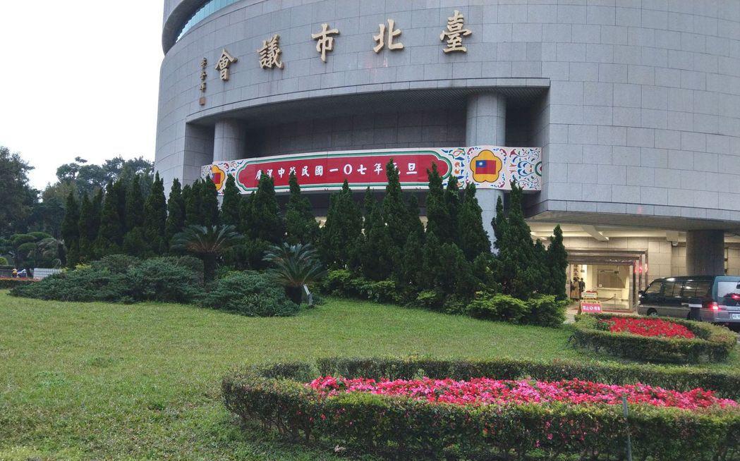 台北市議員常鬧緋聞,有人認為就是因為前方小花圃花草太茂盛,桃花太旺,只好時常修剪...