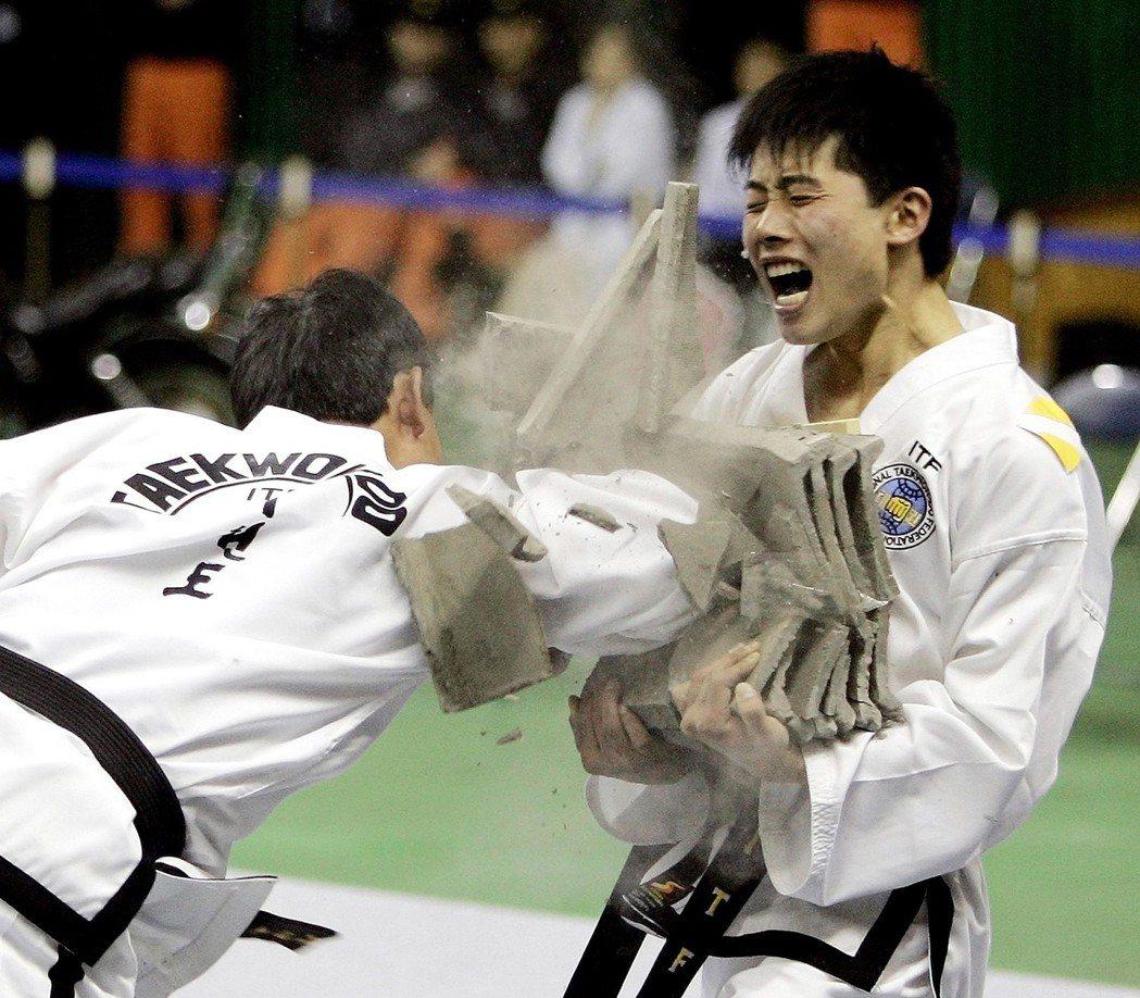 2015年時,北韓跆拳道選手(左)在南韓春川市表演破磚。 美聯社