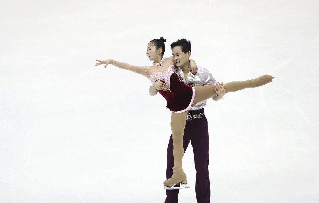 北韓滑冰選手廉太鈺(前)和金柱希參加去年在札幌舉行的亞洲冬季運動會花式滑冰。 美...