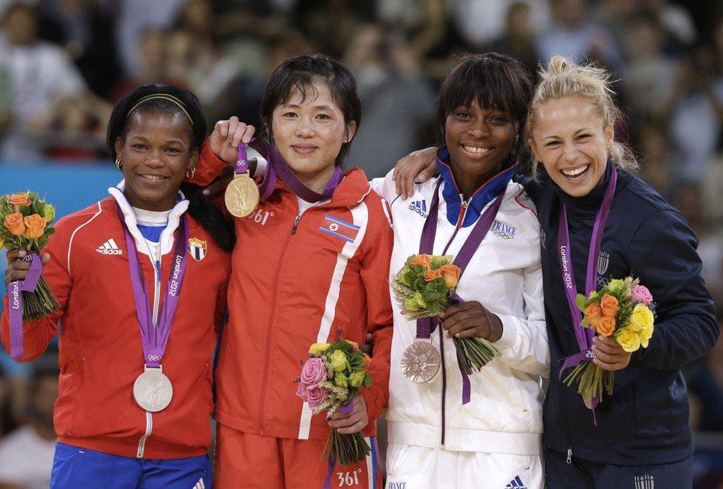 北韓柔道選手安琴愛(左二)在2012年倫敦奧運上奪下金牌。 美聯社