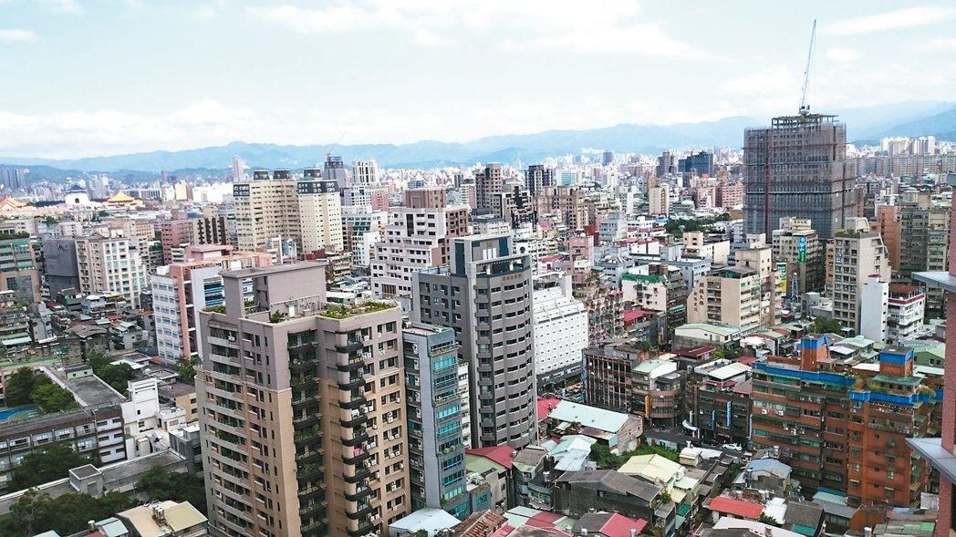 台北市地政局統計實價資料,去年新成屋房價以忠孝東路四段均價每坪131萬最高、中古...
