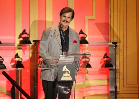 靈魂樂傳奇製作人瑞克霍爾(Rick Hall)的家人今天表示,罹患癌症的他昨天在傳奇的名望錄音工作室附近的家中過世,享壽85歲。法新社報導,白人小提琴手瑞克霍爾在阿拉巴馬州馬斯爾肖爾思鎮(Muscl...