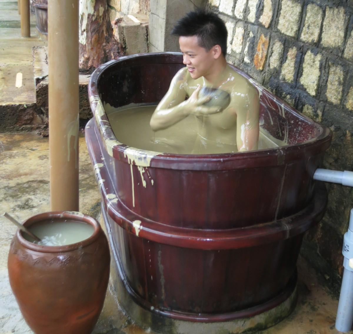 泥漿湯可幫你舒緩旅途疲勞的筋骨。 記者黃日暉/攝影