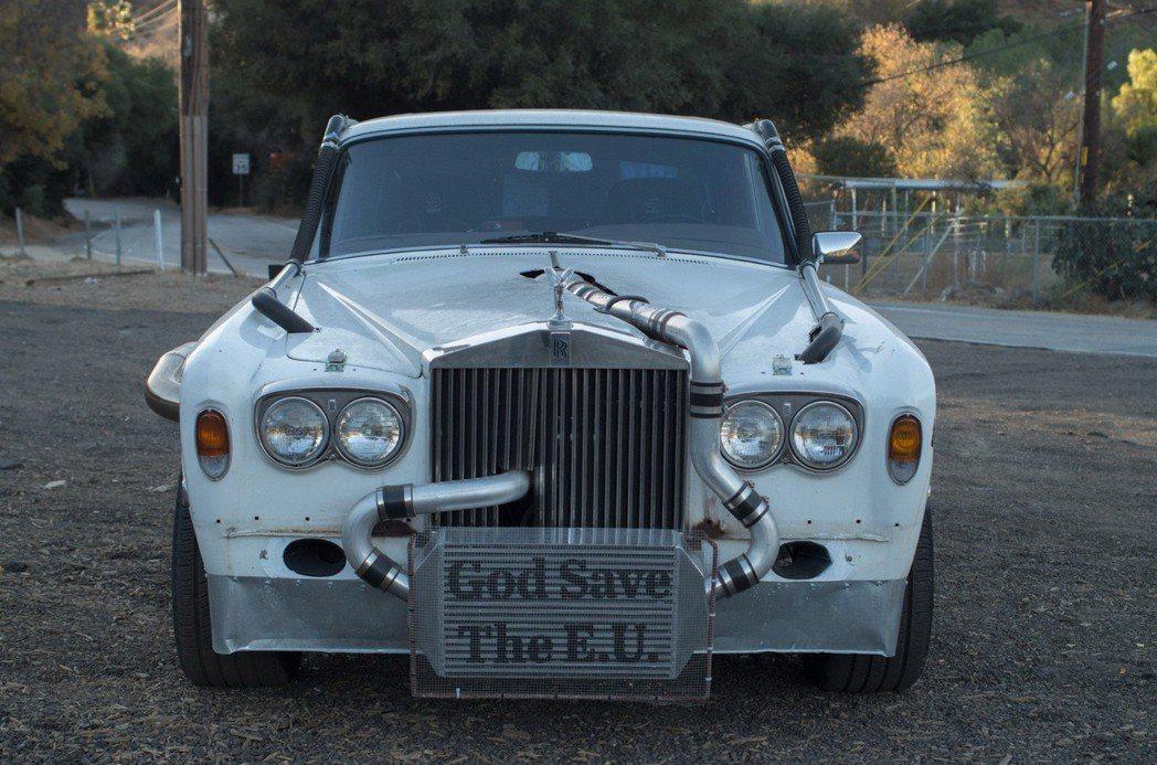 這部 Rolls Royce Silver Shadow II改裝的品味真的是見仁見智,尤其是車頭的God Save the E.U.。 摘自 Bring A Trailer