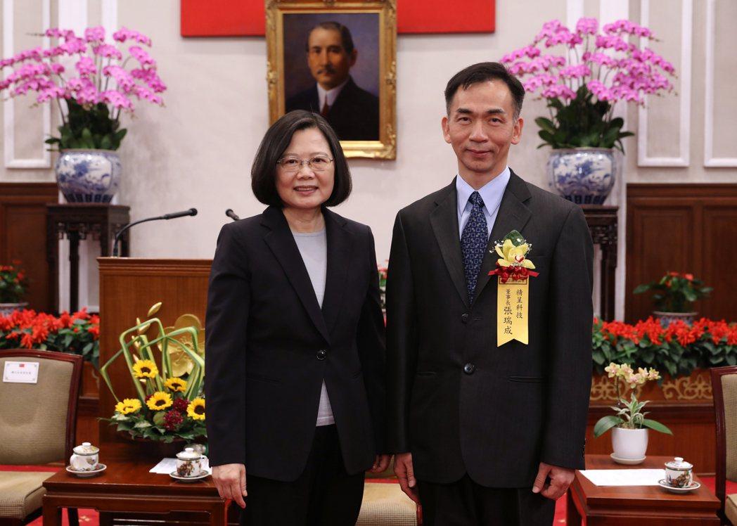 精呈科技產銷及經營實力亮眼,董事長張瑞成(右)堪稱台灣企業經營楷模,獲總統蔡英文...
