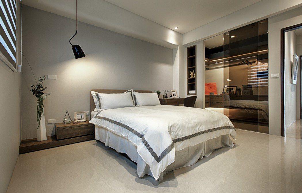 「藏峰9」即使最小間的臥房也擁有豪宅大樓主臥等級的走入式更衣間。 圖片提供/誠佑...